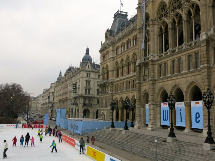 Skaters in front of Rathaus
